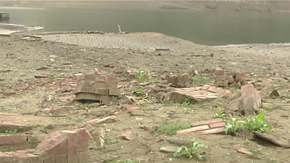 新竹水情緊!寶山水庫缺水見底 現早期民宅斷垣殘壁