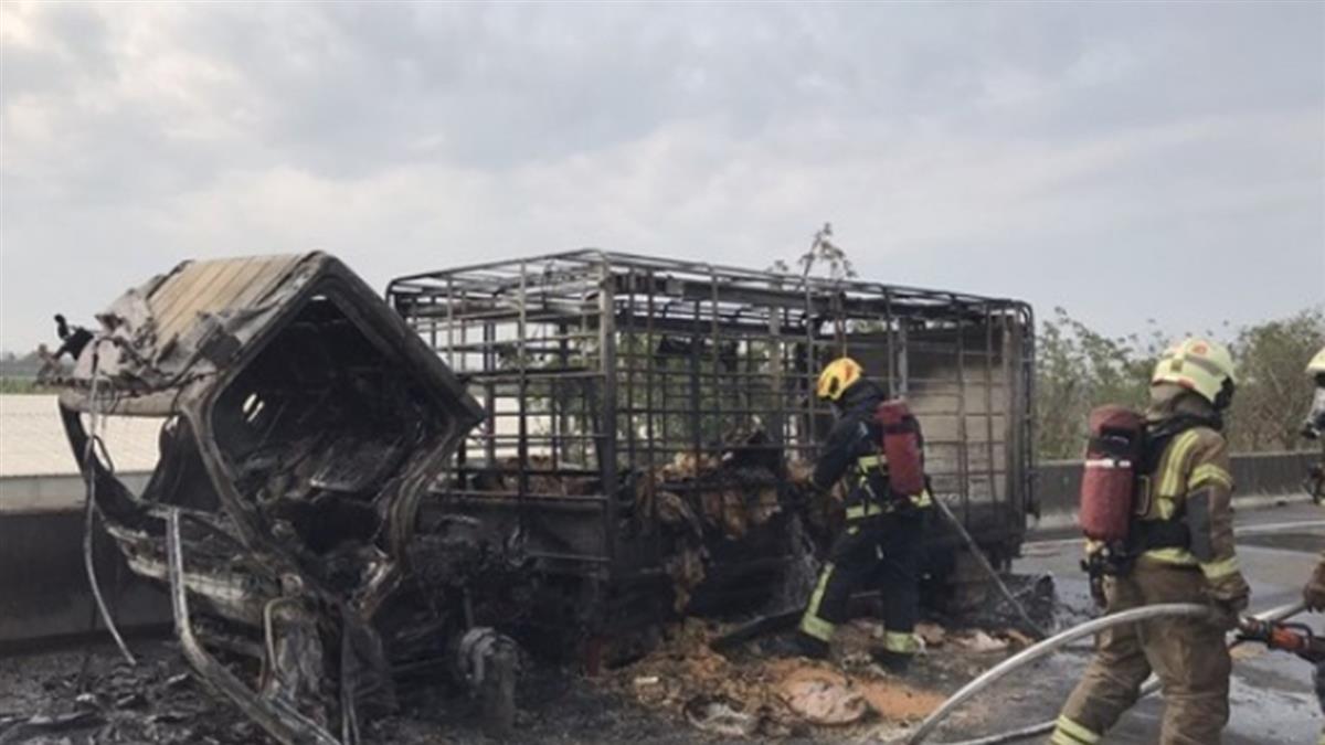 快訊/國道一號台南永康段火燒車 小貨車燒成焦黑骨架