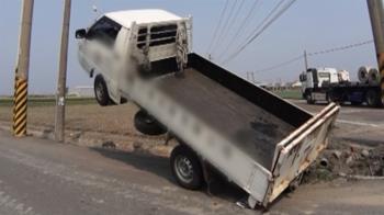 貨車翹孤輪!車身傾斜45度電桿旁懸空 駕駛不敢動