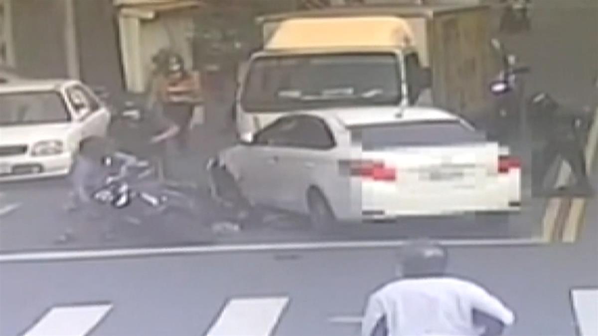 轎車左轉像打保齡球 4車連環撞5人受傷