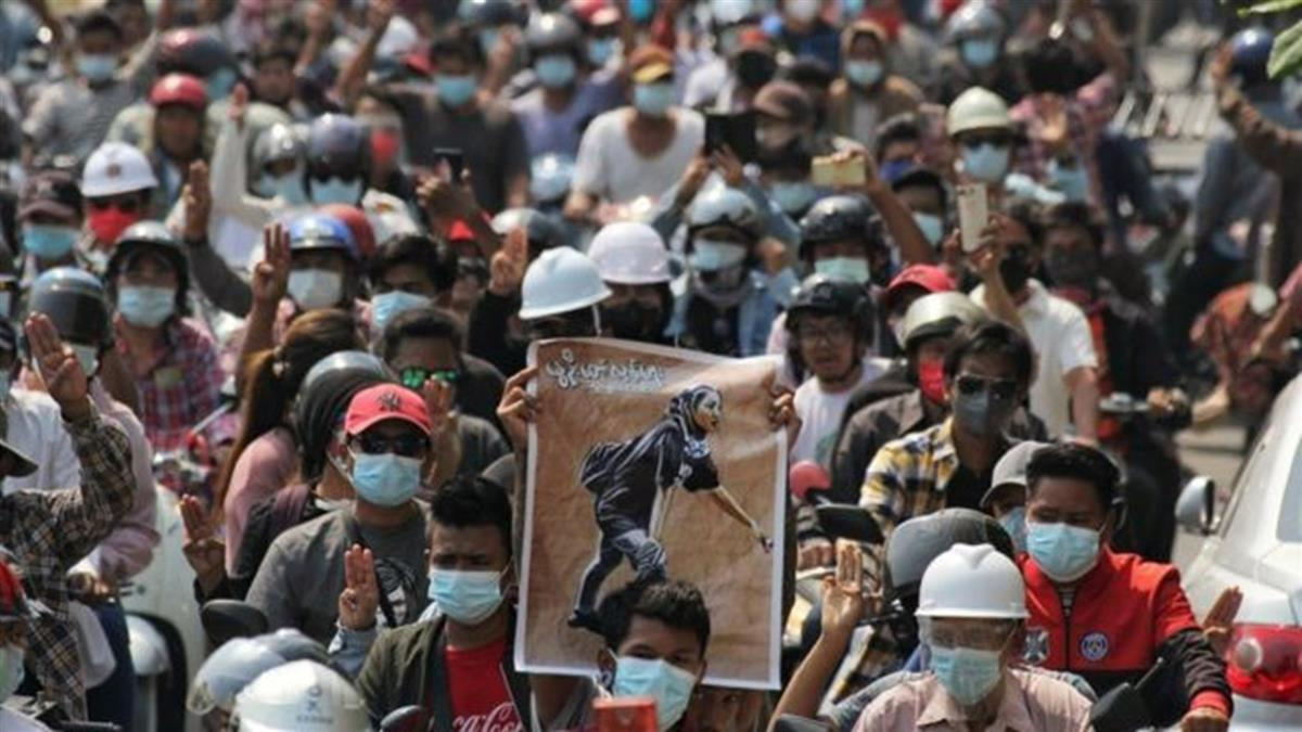 緬甸政變:民眾上街悼念鄧家希 她身穿「一切都會好起來」T恤被槍殺