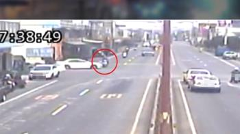 疑趕上班闖紅燈 女騎士遭轎車撞飛腿骨折