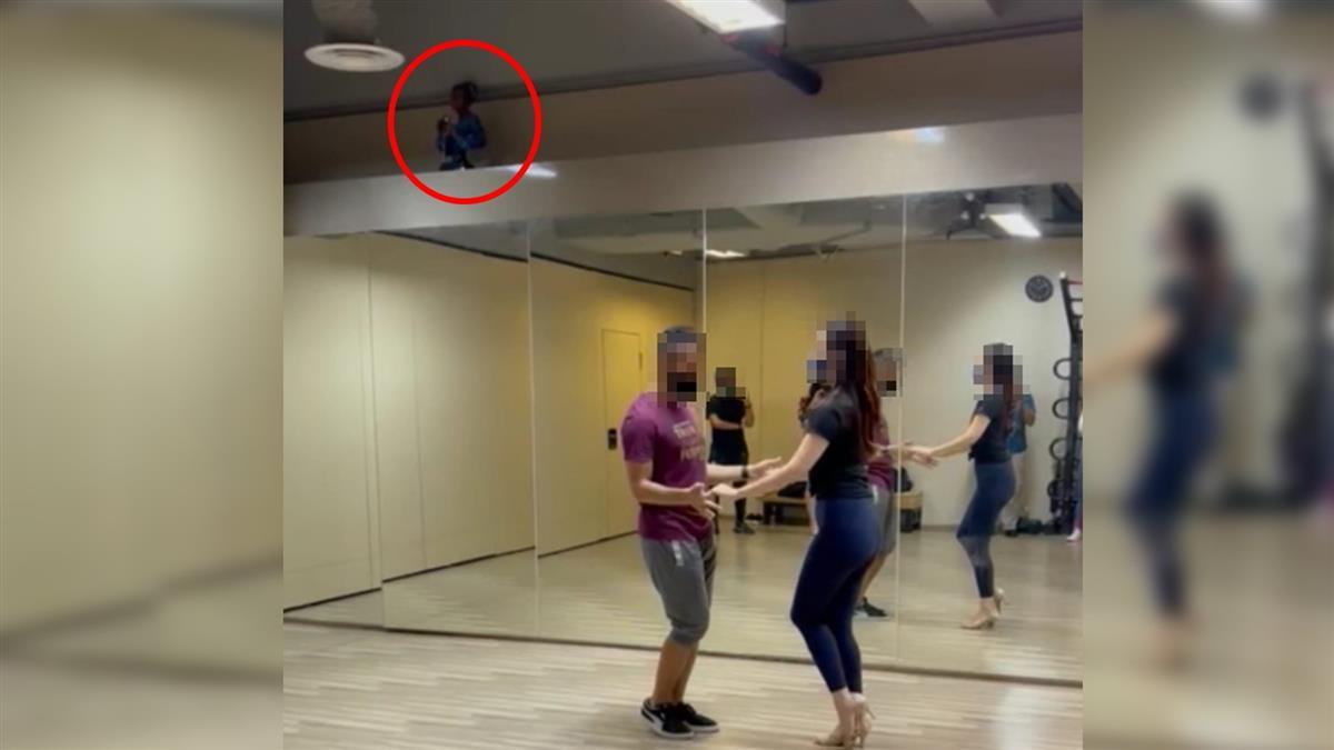 練舞室撞鬼?「畸形男童」蹲坐陰暗角落 照片公開嚇壞網