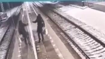 醉女落軌趴睡月台 下秒列車通過猛撞「慘成屍塊」