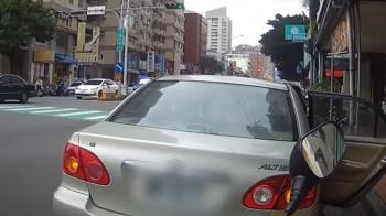 待轉區被轎車違停占用 騎士直擊「警車無視開走」