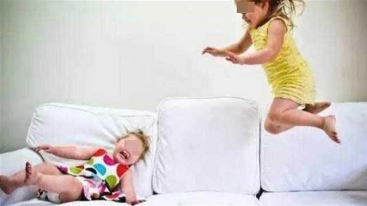 熱心女制止屁孩跳沙發 發呆媽反嗆:哪個小孩不跳的?