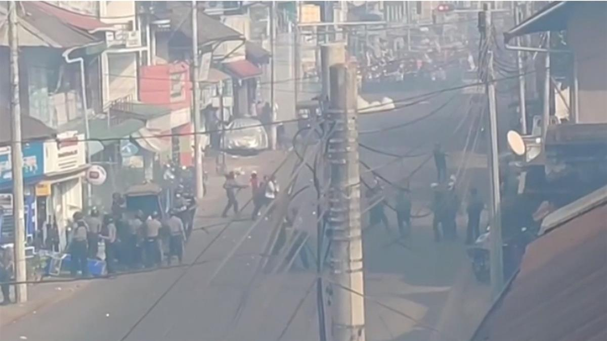 緬甸軍警搜民宅抓示威者 民眾無懼宵禁湧上街頭