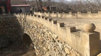 愛妻過河摔一跤「給妳造個橋」 他花5年搬2萬石塊完成了
