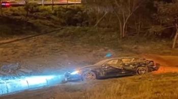 海神國道失控撞賓士又衝護欄 駕駛拋飛重傷