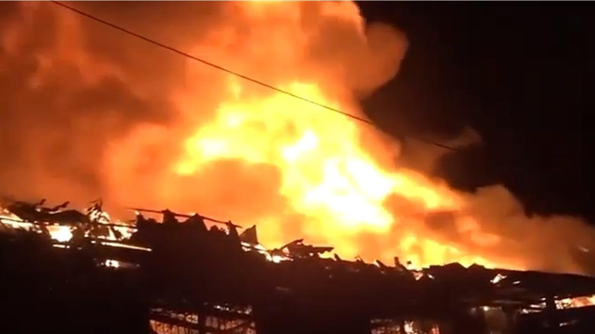 駁二自行車倉庫大火 惡火吞噬後木造屋頂倒塌