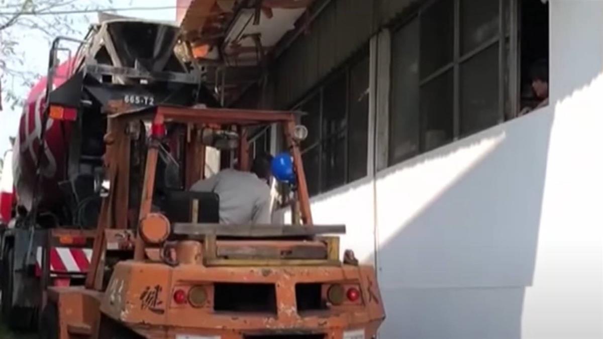 咖咖咖! 混凝土車硬鑽窄巷 擦撞鐵皮屋簷卡巷口