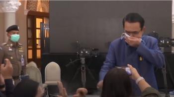 泰國總理嗆媒體少管閒事 對記者狂噴酒精