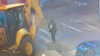 6旬婦過馬路滑手機 怪手倒車「輾爆頭」拖行3公尺慘死