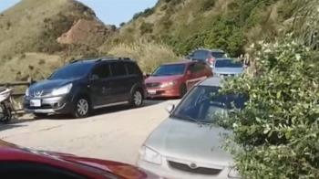 金瓜石茶壺山停車場遭控收費貴 遊客停路邊亂象