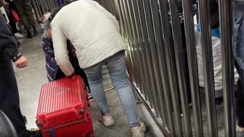 人妻趕火車5歲女兒狂哭鬧 下秒把她塞進行李箱拖著走