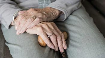 將83歲老母親安置在安養院 他目睹員工爬上床伸魔爪崩潰