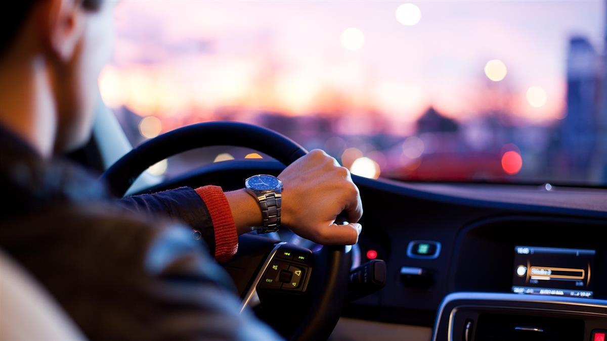 億萬富翁開車撿玩具撞死人妻 遭判刑一天12小時不能出門