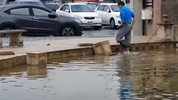 知名地標噴水池遭惡意破壞 石柱被踢下水 石雕遭毀
