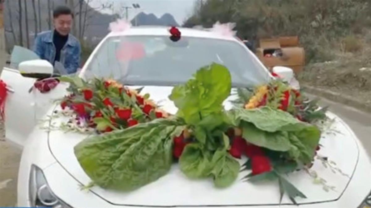 新郎禮車花飾被風吹落 下秒摘路邊大白菜代替
