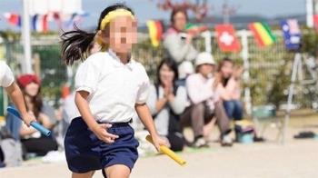 國小妹體育課規定脫內衣 男老師檢查「胸部有發育」才能穿