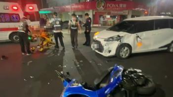 快訊/高雄左營深夜車禍!疑紅綠燈故障 騎士通過擦撞小客車
