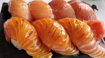 比壽司郎更狂!這裡不用改名就能「免費吃鮭魚」