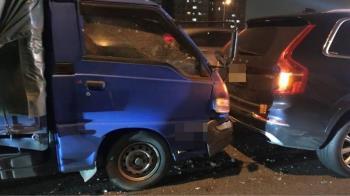 被「鮭魚」撞了!國道小貨車撞爛休旅車 他賠到脫褲超慘