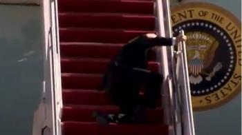 拜登搭空軍一號登階梯絆倒 白宮:總統狀況良好