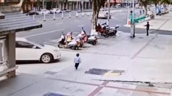 2歲男童討抱抱遭拒 自己走11步慘遭汽車輾壓