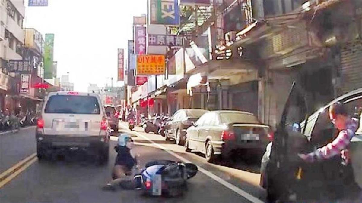 摔爆!騎士一個月遭駕駛開車門擊落9次 警揭暗黑真相