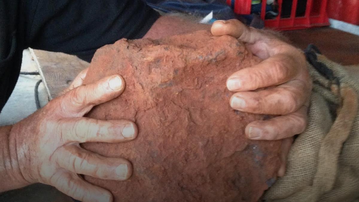 他花2hr挖到46億年前隕石 價值570萬全球只有6顆