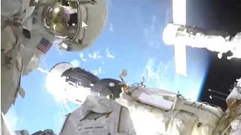 太空人身後突現「2顆神秘光球」呼嘯而過 網驚:真有UFO