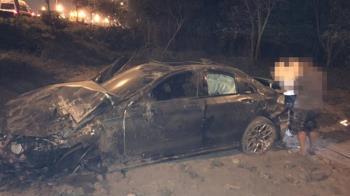 快訊/國1轎車翻落邊坡 1人拋飛車外4傷送醫