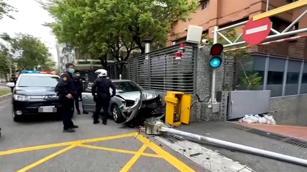 獨/未繫安全帶警攔查加速逃 自撞遭逮酒測值超標