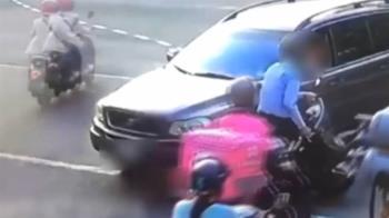 獨/待轉區停滿了!騎士停在區域外 竟遭轉彎轎車撞