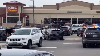 快訊/美國超市傳槍響 男子上身赤裸遭押出