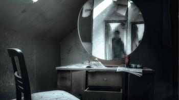 人妻每晚對鏡子哼歌 尪打開梳妝台驚見恐怖真相
