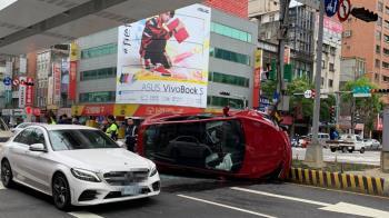 板橋特斯拉闖紅燈「撞3機車狂翻90度」 5人受傷送醫
