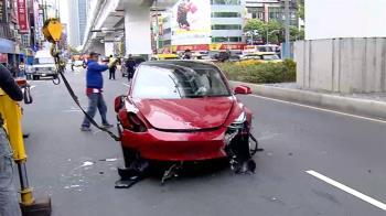 疑開自動駕駛不熟性能 水晶直銷商駕特斯拉闖燈撞三車
