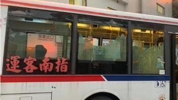 淡水公車玻璃全碎! 司機淡定繼續開 乘客崩潰了
