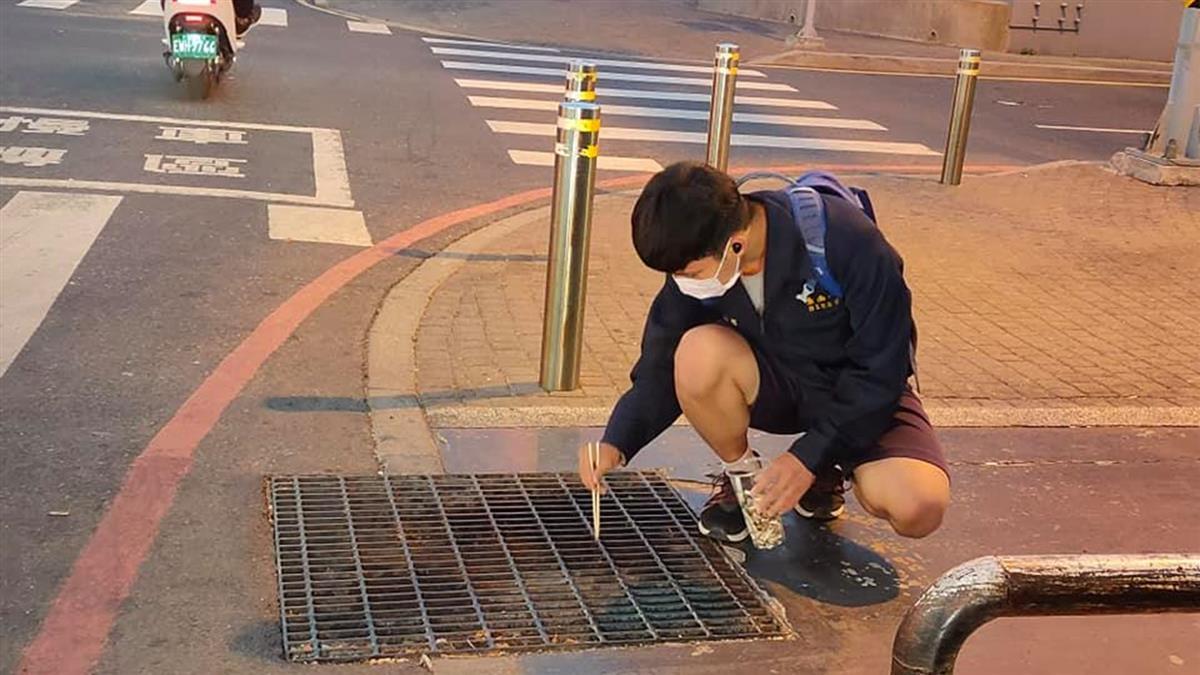 南一中學生蹲路邊撿菸蒂 退休警感動拍下:國家棟樑