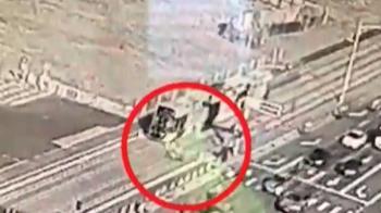 機車闖管制區撞輕軌受傷 車廂毀損高捷將求償