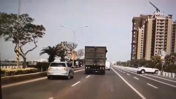 轎車被撞失控衝進大圳 情侶驚爬車頂等救援