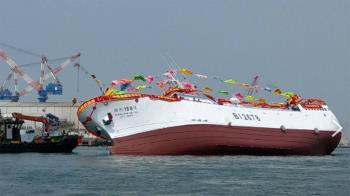 高雄旗津港新船「剛下水就側翻」 現場民眾嚇壞尖叫