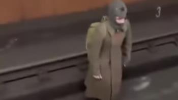 地鐵驚見「時空旅人」 他秀1930年士兵證喊:我跟部隊走散了