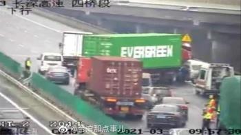 長榮陸上也卡住!陸網瘋傳「貨櫃堵高速公路」雙向交通塞爆了