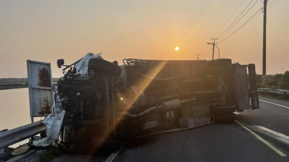 台南垃圾車小貨車相撞  翻落邊坡3人送醫