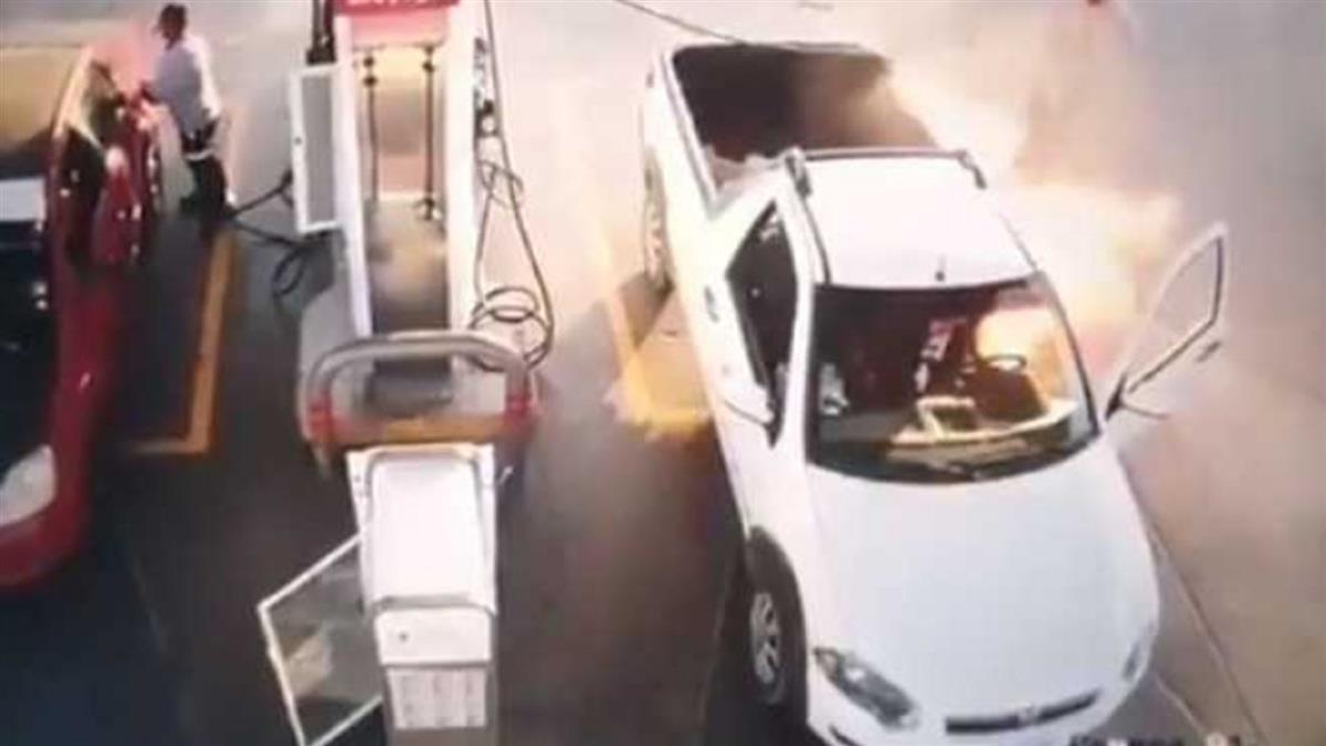 他邊加油邊滑手機 抽出油管瞬間「火舌狂竄」全車被燒光