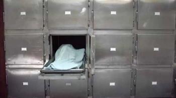 孝子打開冰櫃見男屍崩潰 他領錯也傻眼「把別人媽媽燒了」
