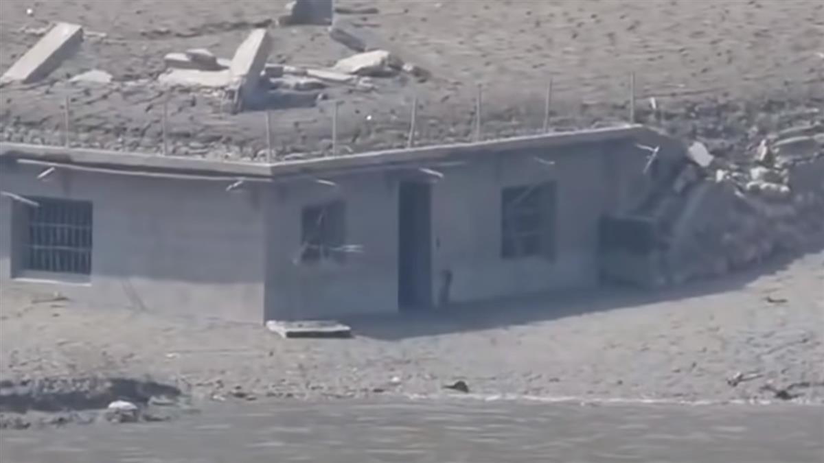 驚呆!鯉魚潭乾到露出「水底古厝」 國軍進駐清淤